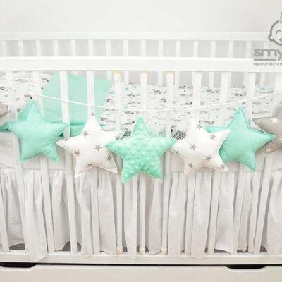 Zdjęcie girlandy w gwiazdki na łóżeczku