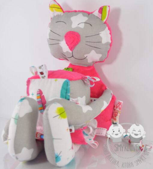 Przytulanka kot, kostka sensoryczna i metkowiec