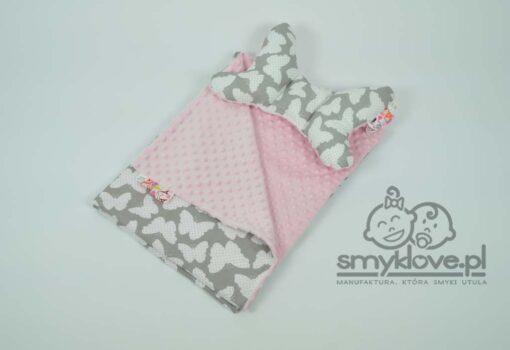 Zdjęcie kocyka minky i poduszki motylek z pudroweo różowego minky i tkaniny bawełnianej w motylki