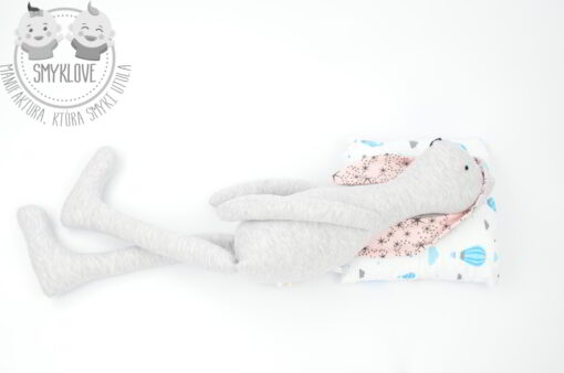 Leżąca maskotka królik