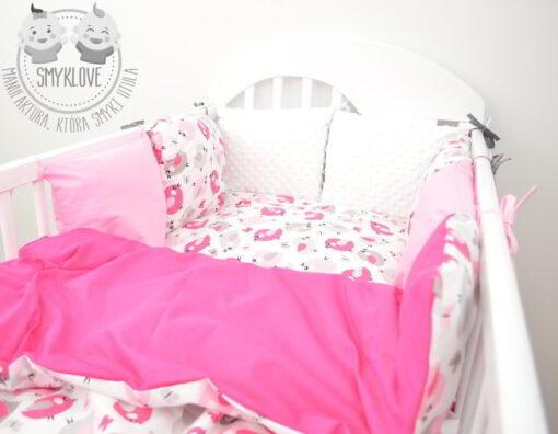 Ręcznie robiony ochraniacz do łóżeczka dla dziewczynki od Smyklove