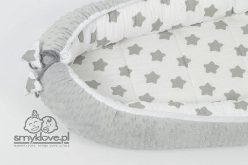 Zbliżenie na sznureczki w otulaczu niemowlęcym od Smyklove