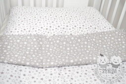 Zbliżenie na pościel do łóżeczka w gwiazdki 120x90