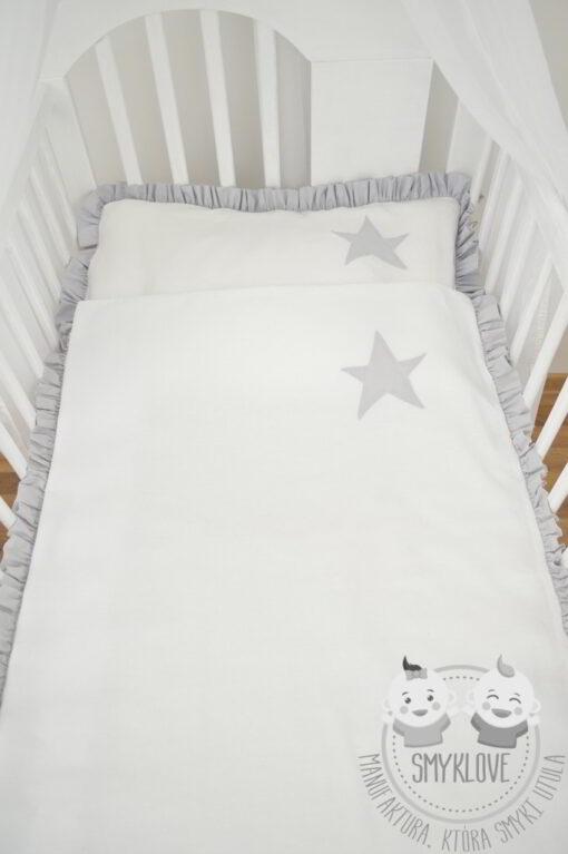 Widok z góry na pościel do łóżeczka z falbanką
