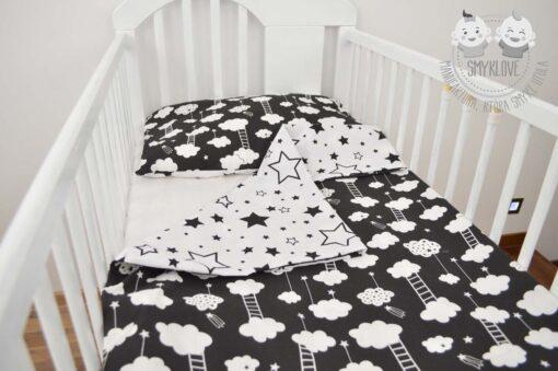 Pościel do łóżeczka dla niemowląt - wersja gwiazdki na białym z chmurkami na czarnym materiale z drugiej strony - możliwość druga