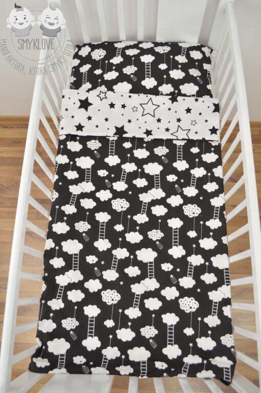 Pościel do łóżeczka dla niemowląt - wersja gwiazdki na białym z chmurkami na czarnym materiale z drugiej strony - widok z góry