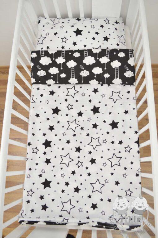 Pościel do łóżeczka dla niemowląt - wersja gwiazdki na białym z chmurkami na czarnym materiale z drugiej strony - widok z góry innego ułożenia