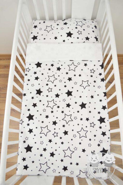 Pościel do łóżeczka dla niemowląt - wersja gwiazdki na białym z gładkim białym materiałem z drugiej strony - widok na pościel z góry