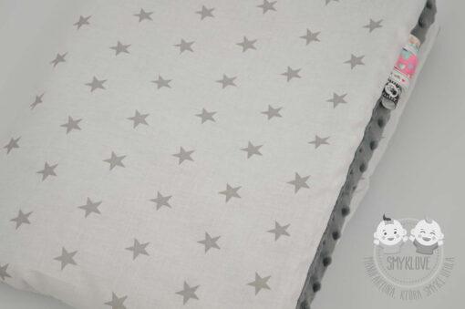 Kocyk minky szary w gwiazdki - zbliżenie na materiał bawełniany