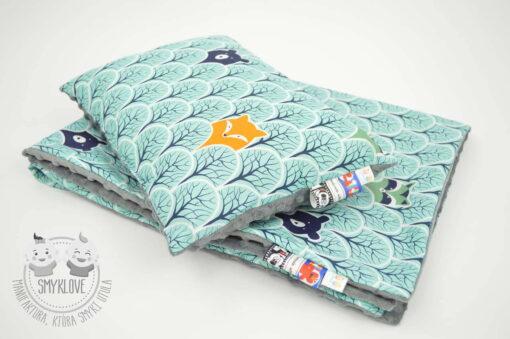 Zbliżenie na zestaw do łóżeczka - kocyk minky zwierzątka w lesie oraz poduszka 30 x 40 cm z wypełnieniem