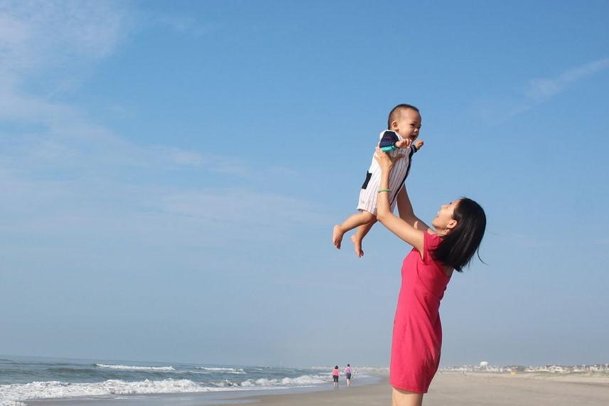 Zdjęcia matki z niemowlakiem nad morzem