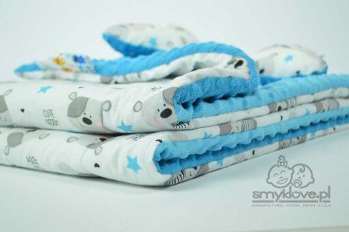 Zdjęcie z bliska zestawu kocyk minky 120x90 niebieski wraz z poduszką motylkiem