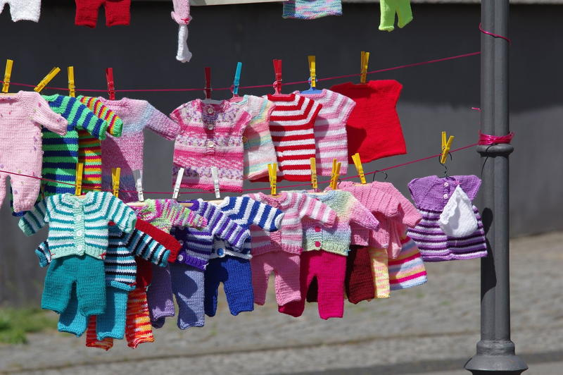 Zdjęcie z suszącymi się ubrankami niemowlęcymi