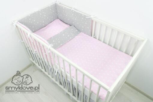 Pościel niemowlęca szaro-różowa w gwiazdki z ochraniaczem panelowym od Smyklove