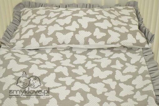 Zbliżenie na materiał pościeli do łóżeczka w motylki