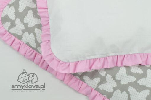 Zbliżenie na tkaniny w pościeli w motylki z falbanką różową