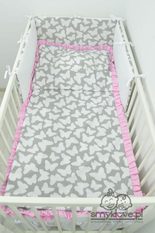 Pościel do łóżeczka w motylki i różową falbanką od Smyklove