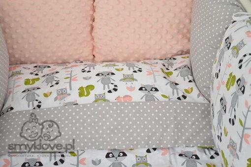 Zbliżenie na ochraniacz w pościeli dziecięcej do łóżeczka