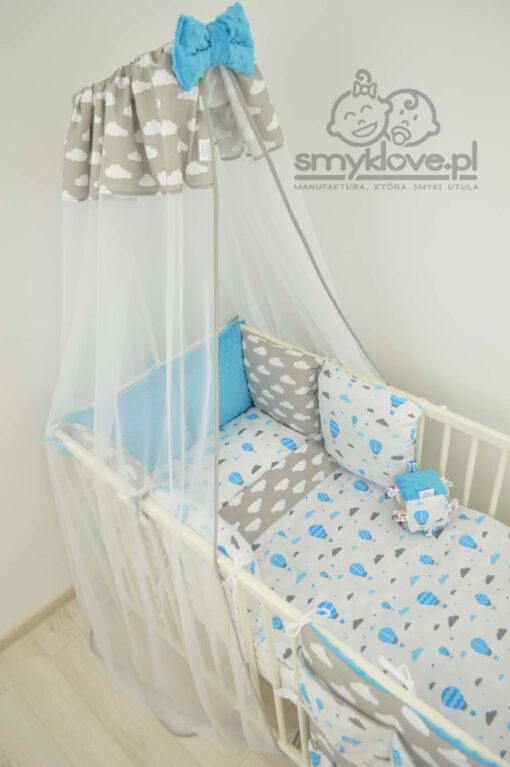 Widok z góry na wyprawkę do łóżeczka dla niemowlaka