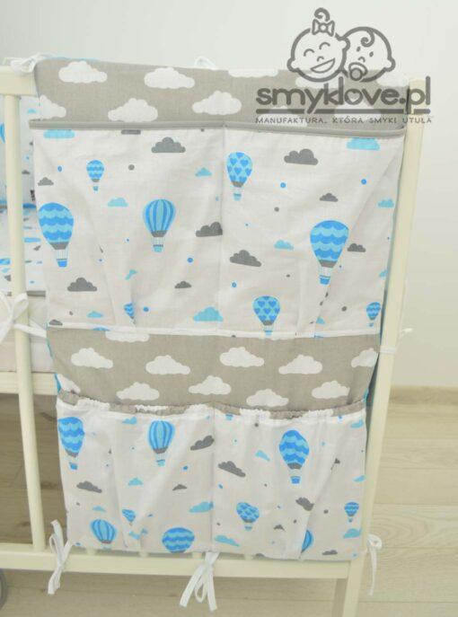 Niebiesko-szary organizer do łóżeczka z wyprawki dla niemowląt