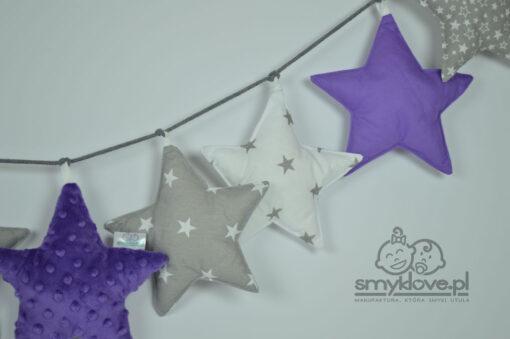 Zbliżenie na gwiazdki w girlandzie z elementami fioletowymi