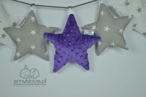 Fioletowa gwiazdka minky w girlandzie