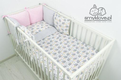Pościel do łóżeczka dla niemowlaka z ochraniaczem różowym od Smyklove w jeżyki