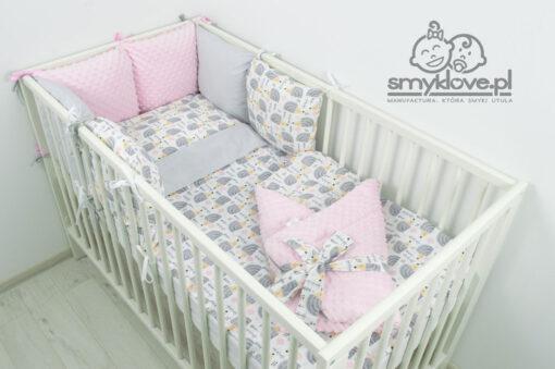 Pościel do łóżeczka dla niemowlaka z ochraniaczem różowym od Smyklove w jeżyki w komplecie z rożkiem