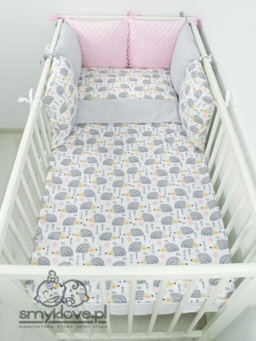 Zdjęcie z góry pościeli dla niemowlaka w jeżyki z różowym ochraniaczem