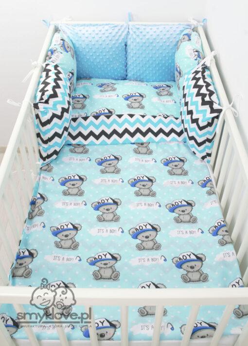 Zdjęcie z góry pościeli chłopięcej do łóżeczka