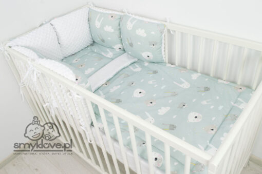 Zdjęcie z boku na łóżeczko z pościelą z wypełnieniem miętową od Smyklove