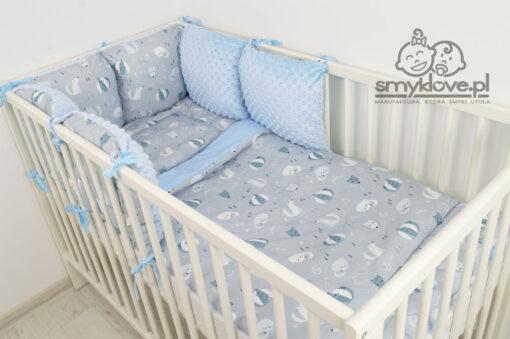 Zdjęcie z boku na pościel do łóżeczka z wypełnieniem i ochraniacz