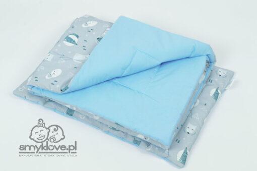 Zdjęcie z niebieską tkaniną w pościeli z wypełnieniem do łóżeczka