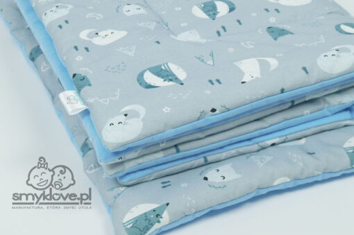 Zbliżenie na tkaninę w wilczki w pościeli do łóżeczka z wypełnieniem