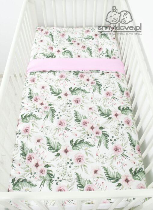 Widok z góry w łóżeczku na pościel z wypełnieniem do łóżeczka w kwiaty ingarden od Smyklove