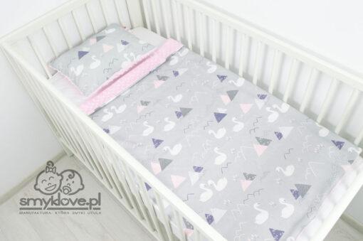Zestaw kocyk oraz poduszka minky w łóżeczku