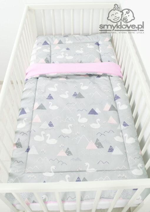 Zdjęcie pościeli do łóżeczka z wypełnieniem w łabędzie w łóżeczku z góry od Smyklove