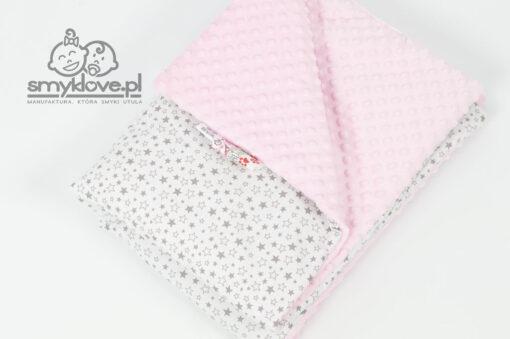 Zbliżenie na materiały w kocyku różowym w drobne szare gwiazdki od Smyklove