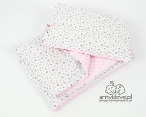 Kocyk i poduszka z różowego minky i bawełny w szare drobne gwiazdki od Smyklove