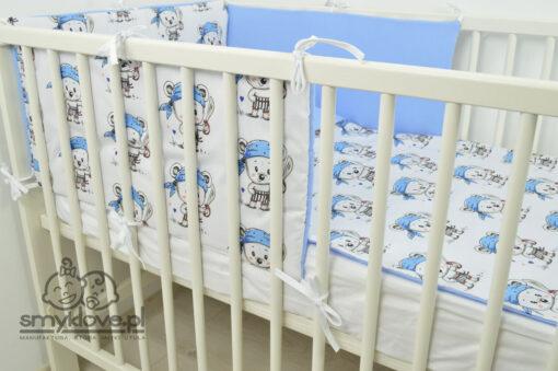 Widok zza łóżeczka na pościel niemowlęcą dla chłopców