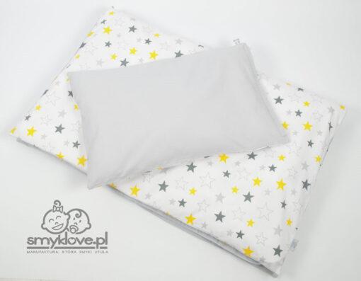 Szara tkanina na odwrocie pościeli niemowlęcej do łóżeczka