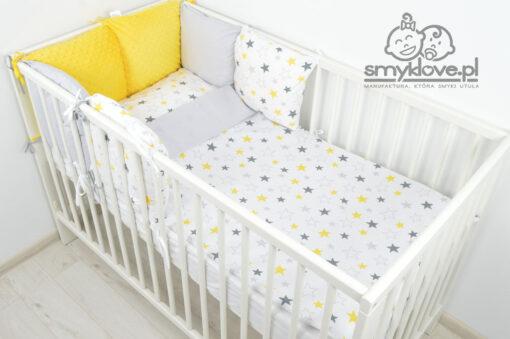 Pościel w żółte i szare gwiazdki w łóżeczku niemowlęcym