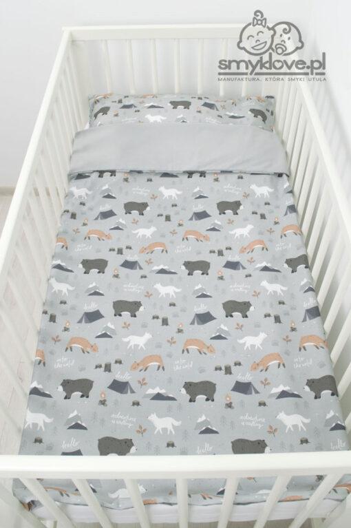 Widok z góry na pościel 100 cm na 135 cm do łóżeczka od Smyklove z bawełny premium into the wild