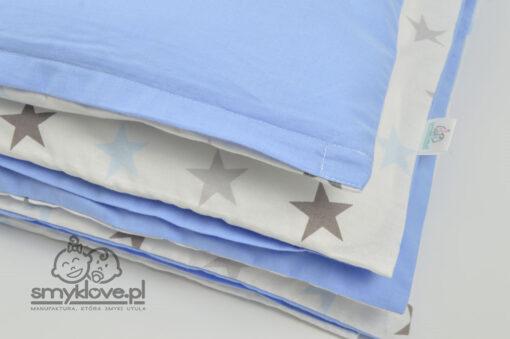 Zbliżenie na tkaniny w trzy elementowej pościeli do łóżeczka