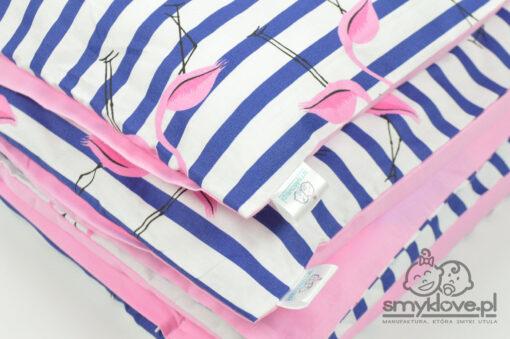 Zbliżenie na materiał w flamingi w pościeli do łóżeczka