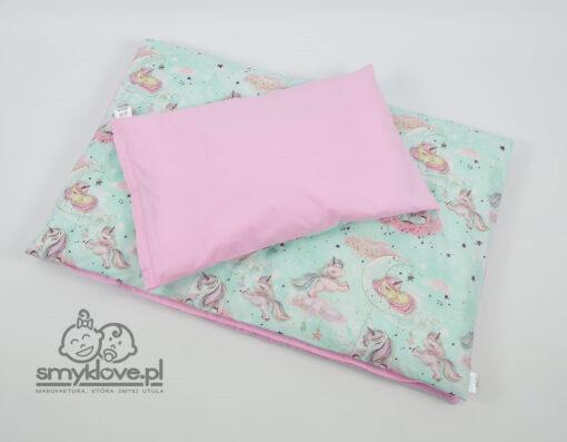 Różowa strona poduszki w pościeli do łóżeczka w jednorożce od Smyklove