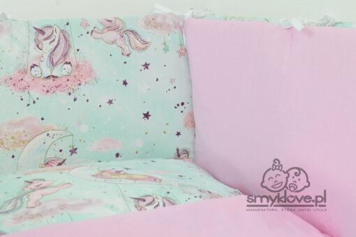 Zbliżenie na ochraniacz płasaki-panwelowy w pościeli do łóżeczka w jednorożce