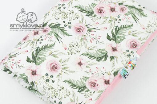Zbliżenie na tkaninę w kwiaty in garden w kocyku z velvet od Smyklove