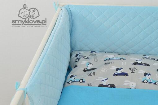 Zbliżenie na pikowany, niebieski ochraniacz do łóżeczka - SMYKLOVE