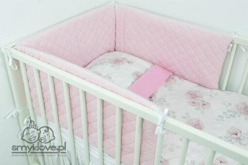 Ochraniacz do łóżeczka z różowego pikowanego velvetu w łóżeczku - SMYKLOVE
